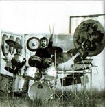 Bild aus dem CD-Begleitheft: Eduard Schicke mit seinem Schlagzeug